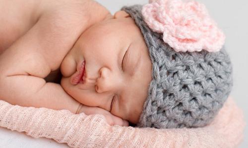 Вязаная зимняя шапочка для новорожденного